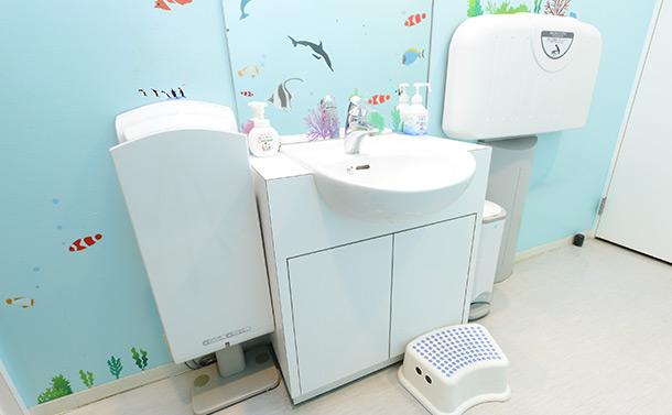 手洗い場の壁には上から下まで、魚たちでいっぱい