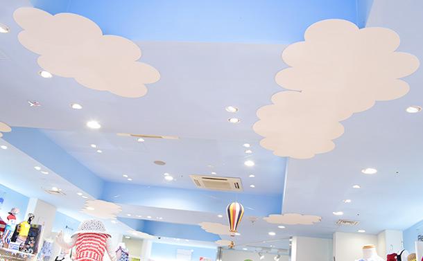 天井には空の絵