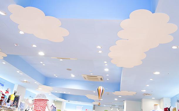 1階の天井にはブルーの空に白い雲が浮かぶ